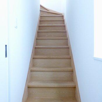 DKをでると、洋室へと続く階段が。