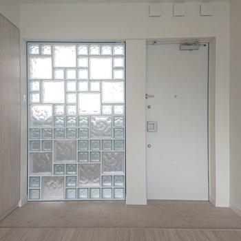 玄関広いので簡単なイスや姿見を置きたい