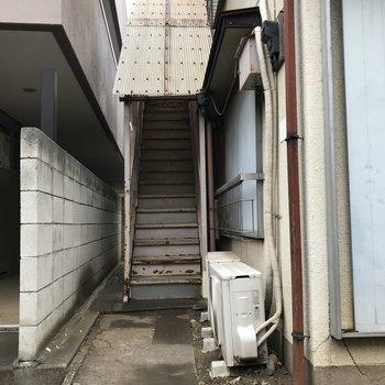 共用部、階段もレトロ。