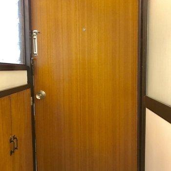ドアはレトロ。鍵の感じが懐かしい。