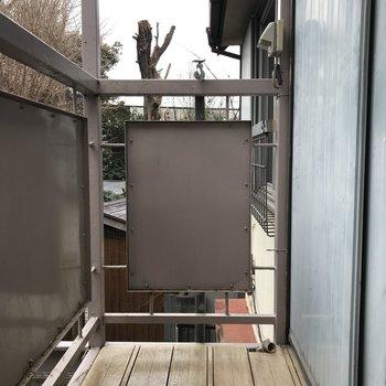 洗濯機置き場は外になります。