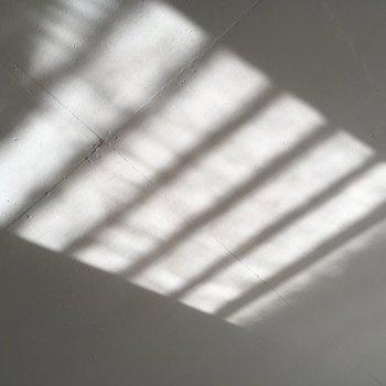 雨が降った日には天井にアート作品が現れます。(※写真は通電・清掃前のものです)