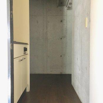 キッチンから玄関にかけてコンクリ打ちっぱなしなの。(※写真は通電・清掃前のものです)