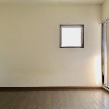 洋室は2面採光なんです◎(※写真は通電・清掃前のものです)