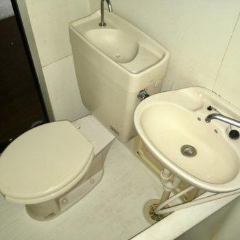 トイレの上には手洗い場もあります。(※写真は通電・清掃前のものです)