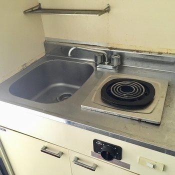 キッチンはシンプルですね〜。(※写真は通電・清掃前のものです)