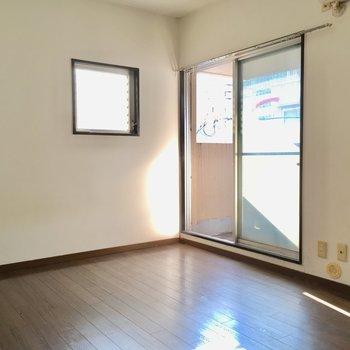柔らかな光が洋室を照らします。(※写真は通電・清掃前のものです)