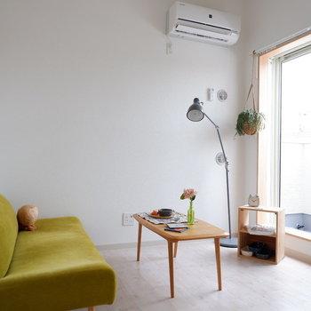 グリーンのソファが映えますね。※家具は見本です