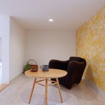 黄色のアクセントクロスにはブラウン系のアイテムが合いますね。※家具は見本です