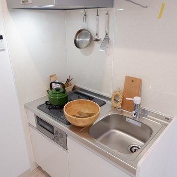 2口コンログリル付きで料理の幅が広がります。※家具は見本です