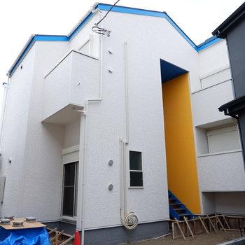 青い屋根に黄色い壁が目印。※工事中の写真です