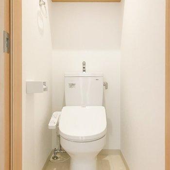 トイレは嬉しい棚付き。