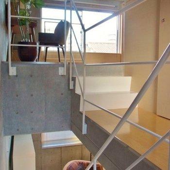 スキップフロアのお部屋。※写真は2階の反転間取り別部屋のものです
