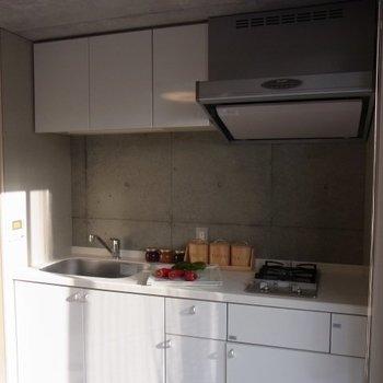 明るいキッチン。※写真は2階の反転間取り別部屋のものです