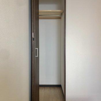 個室① 細身ながら収納もありますよ!