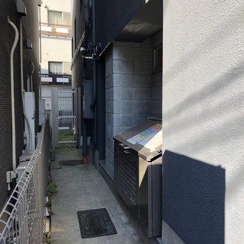 建物の横にゴミ捨場などがあります。