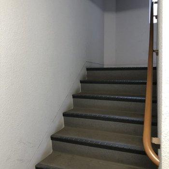 4階までは階段で頑張りましょう!