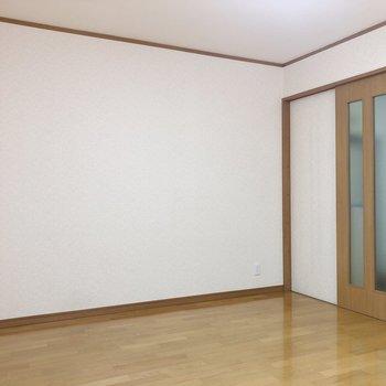ベッドは入口向かいの壁際に置くと良さそうです。※写真は前回募集時のものです