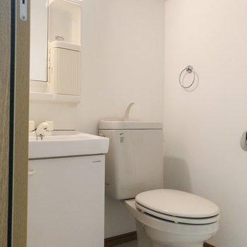 脱衣所にはトイレと洗面台が仲良く並んでいました。※写真は前回募集時のものです