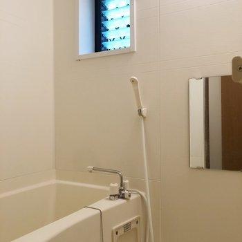 お風呂には窓も!換気もできてうれしいですね。※写真は前回募集時のものです