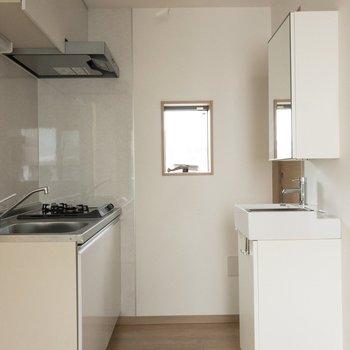 キッチン前にはコンパクトな独立洗面台が〜※写真は4階反転間取り別部屋のものです。