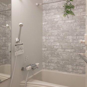 浴室にはレンガ風の壁紙が貼られています。