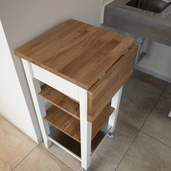 キッチン周辺に可動式の作業台があると便利ですね!
