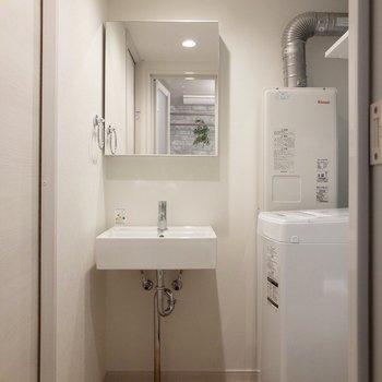 鏡は開閉することができます。収納棚になっていますよ。