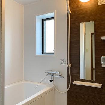 乾燥機付きのお風呂です。やっぱりここにも窓。