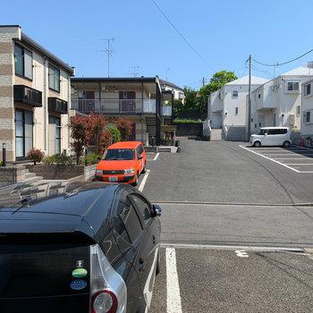 【DK側洋室6帖】左の窓からの眺望は、向かいのアパートと駐車場。
