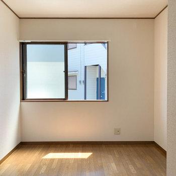 【玄関側洋室6帖】玄関からすぐのとこにも洋室があります。