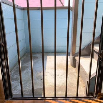 【玄関側洋室6帖】右側の柵のある窓からは、アパートの階段が見えます。