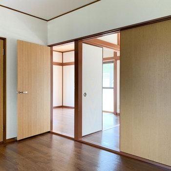 【DK】キッチン後ろの扉を開けっ放しにすれば、リビングにいる相手ともおしゃべりできそう。