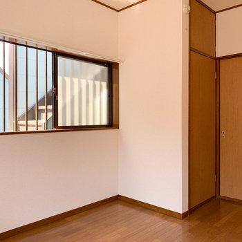 【玄関側洋室6帖】角部屋なので、逆側から見ると。左側にも窓がついています。