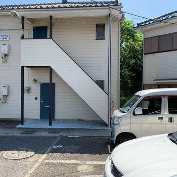 【DK側洋室6帖】眺望は、敷地内の駐車場です。