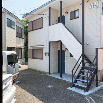 【玄関側洋室6帖】こちらの眺望も駐車場とアパート。