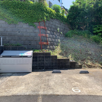 敷地内駐車場付近にゴミ捨て場があります。