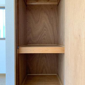 【玄関側洋室6帖】こちらの収納は、コートなどがかけられる作りになっています。