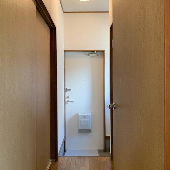 廊下です。洋室とキッチンに繋がっています。