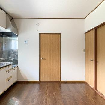 【DK】キッチンも窓あって明るいですね〜。正面の扉がサニタリーです。