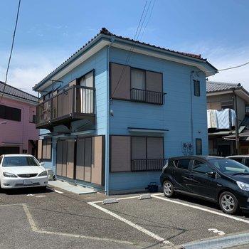 4棟あるアパートの中の、ブルーのアパートのお部屋です。