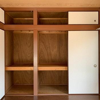【DK側洋室6帖】窓の左が、押入れ収納になってます。
