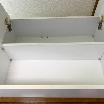 トイレのドアの頭上に、さりげなく収納がついています。備品ストックにどうぞ。