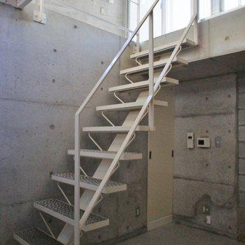 この階段で上へ。