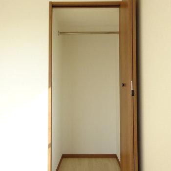 先ほどのLDK側の洋室にも小さなクローゼットがあります。(※写真と文章は前回募集時のものです)