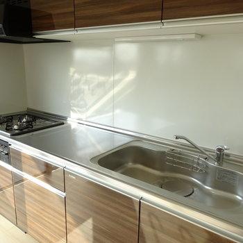 キッチンは3口コンロでスペースも広々!(※写真と文章は前回募集時のものです)