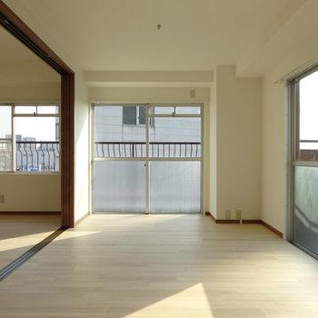 キッチンから見た景色。左に洋室があります。(※写真と文章は前回募集時のものです)