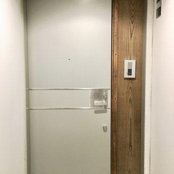 木のぬくもりが感じられる玄関。※退去前につき、写真は前回募集時のもの