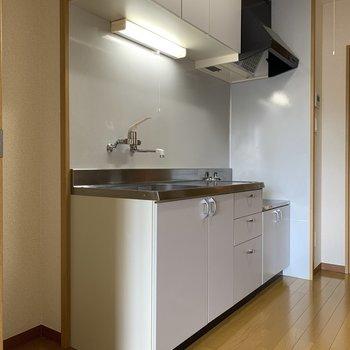 隣には冷蔵庫スペースもしっかりあります