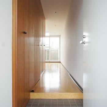 玄関から。※写真は3階の同間取り別部屋のものです。